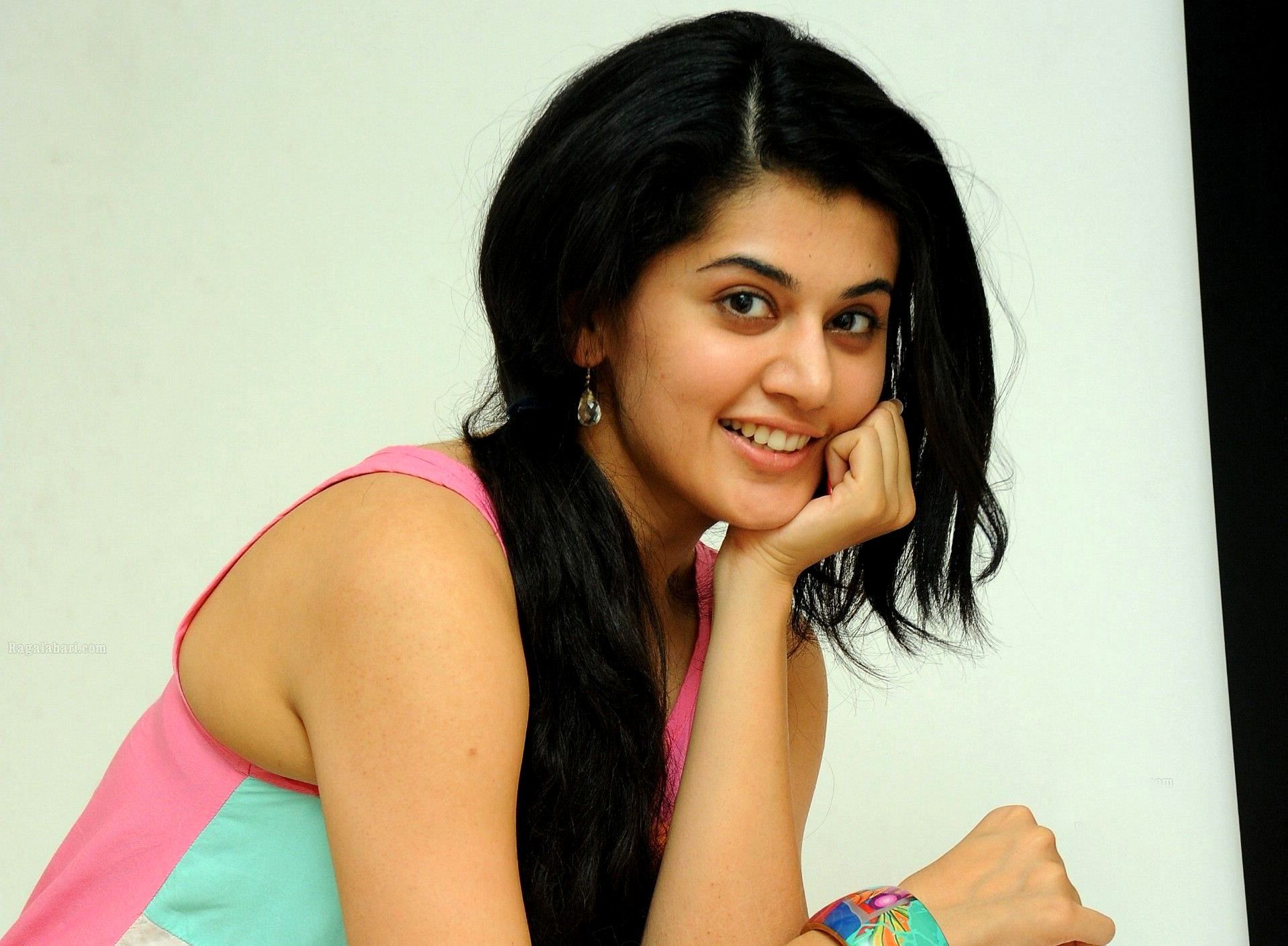 Beauty taapsee pannu hd wallpaper